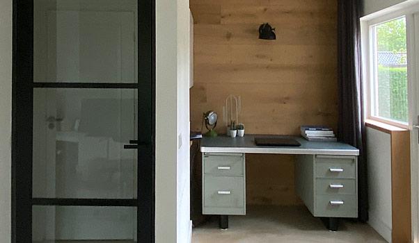 Moderne studeerplek in de woonkamer